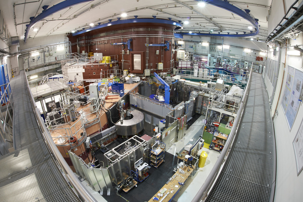 View from the gallery in the reactor hall; near the center, the powder diffractometer SPODI (copyright W. Schürmann, TUM)